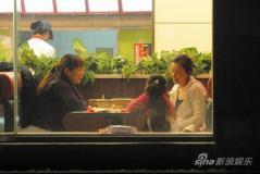 小陶虹素颜外出就餐精心照料小女孩显母爱(图)