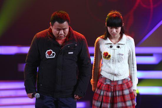 图文:新浪网络盛典-昌子琪(女)李立科鞠躬致敬