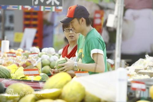 图文:江珊张博被曝姐弟恋-逛超市