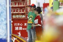 江珊张博被曝姐弟恋甜蜜看电影逛超市(组图)