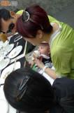 组图:张柏芝三代同堂齐饮茶小儿子喂奶照曝光