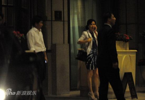图文:刘嘉玲陪大款被拍-刘嘉玲似在等人