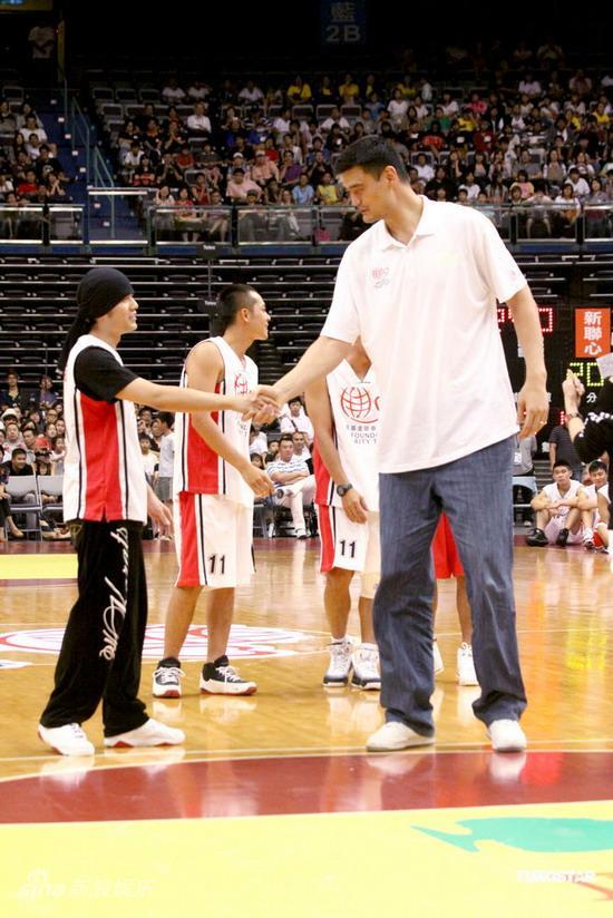 图文:姚明参加慈善义赛--周杰伦和姚明握手