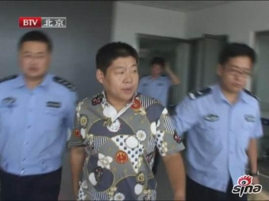 图文:李鹤彪被警方带走-李鹤彪被警方带走