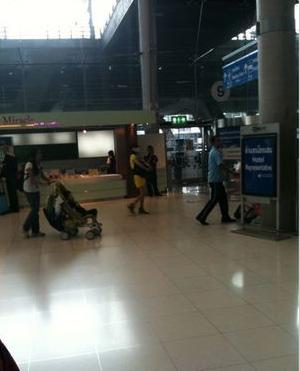 图文:张柏芝腰伤复发-一行人在机场