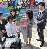 酒井法子探访流浪孤儿秀球技教小朋友日语(图)