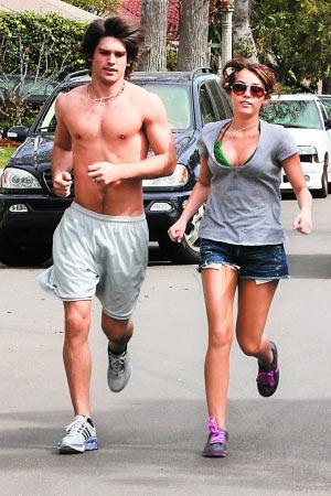 麦莉-塞勒斯与模特儿男友慢跑被轰暴露(图)