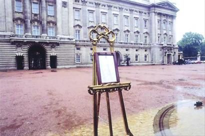 当年,白金汉宫前院张贴的威廉王子出生消息