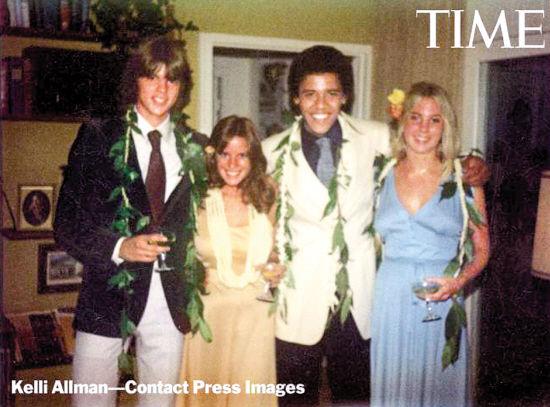 奥巴马和中学女友米根(右一)、最好哥们格雷格(左一)及女友的中学毕业合影照