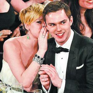 """拜尔娜的男朋友-)在金球奖上与男友尼古拉斯·霍尔特""""咬耳朵"""",感情甜蜜蜜.-图片"""
