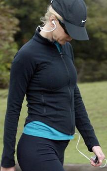 组图:准妈妈妮可-基德曼跟随私人教练林间锻炼