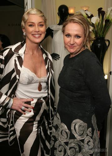 莎朗-斯通(左)和莎拉-莫里森在私人晚宴上