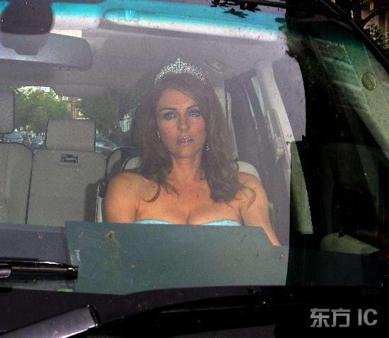 组图:赫莉与富商老公参加派对 头戴王冠如公主