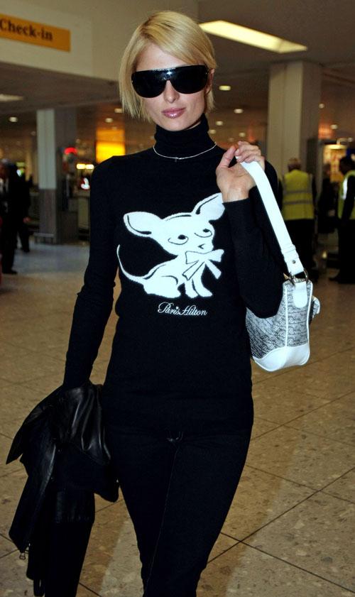 组图:希尔顿现身伦敦机场吉娃娃头像印上身