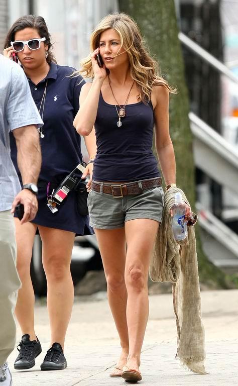 组图:珍妮弗安妮斯顿背心配短裤尽显时尚优雅