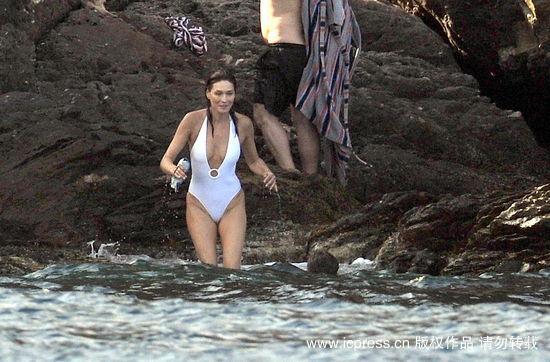 组图:萨科奇携夫人度假布吕尼泳装秀好身材