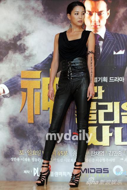 图文:《被称为神的图片》发布-韩高恩皮裤男子太性感这了拍性感的了快顶不住图片