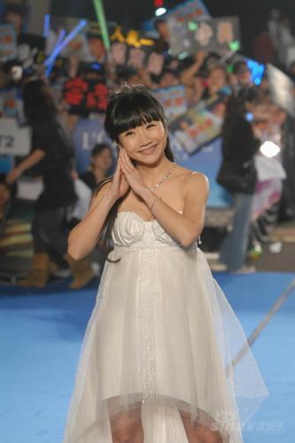 图文:陶晶莹着白色低胸小礼服