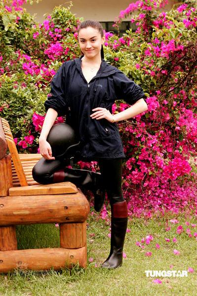 组图:陈柏霖女友为《盛装舞步爱作战》练骑马