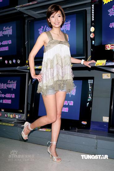 组图:林韦君宣传新戏戴蓬松假发扮中年妇女