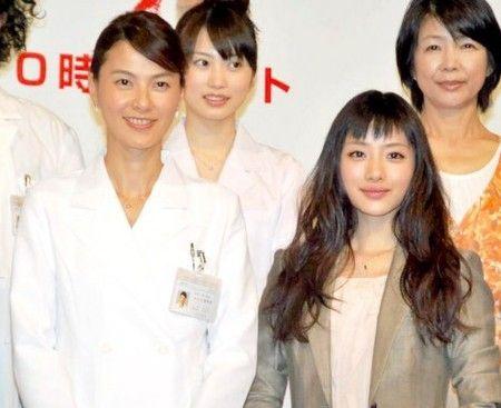 (前左)江角真纪子、(前右)石原里美、(后左)志田未来、(后右)市毛良枝《BULL DOCTOR》制作发布会现场图