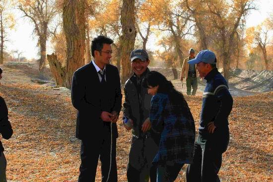 戴眼镜美女肏屄囹�a_《青树》刮起西部剧风 剧情剧景走进新疆胡杨林
