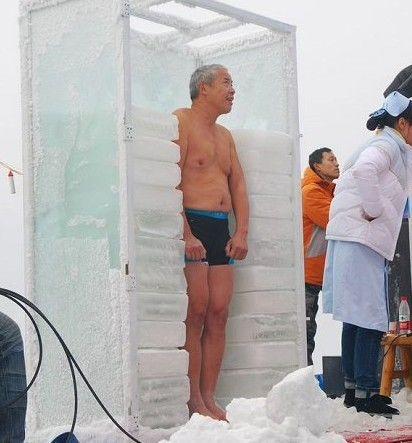 孟铁球快60岁了,对冰冻挑战很有兴趣.图片