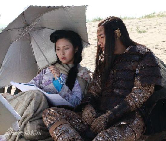 董薛二人在空闲之余一起探讨剧本