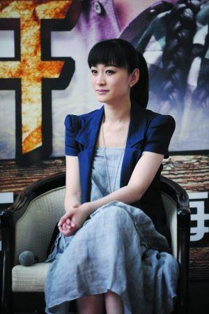 李小冉表示与男友鄢颇感情很好 不过现在谈结婚还早
