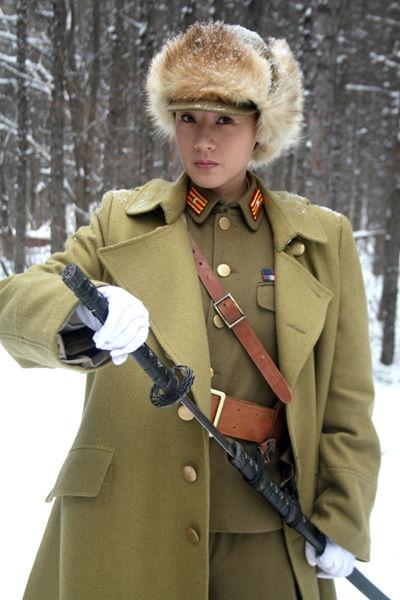康华在《战火2》中饰演反一号川崎良子