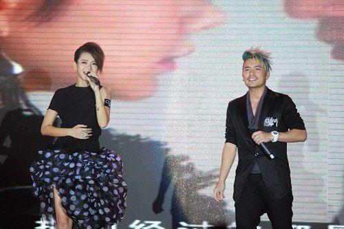 戚薇、范逸臣首映礼首唱《黑白之间》