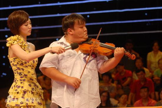 脑瘫儿冯艳精湛的小提琴表演