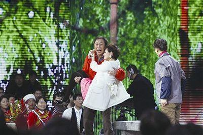 这次冯巩与两位女演员搭档,搞笑效果仍不理想