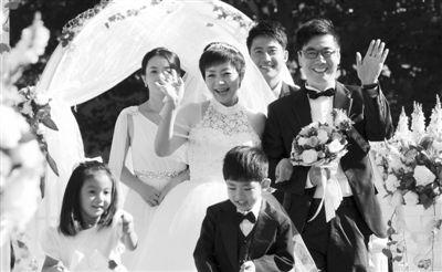 """宋丹丹和范明这对老搭档又演了一回""""夕阳恋"""",《美丽的契约》中,两人因为户口问题,最终走到了一起。"""