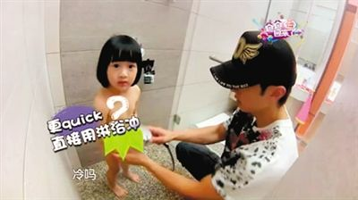 """吴尊给女儿洗澡时,虽然节目组用""""树叶""""遮挡,但仍惹来网友板砖"""
