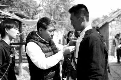 郑晓龙在《红高粱》片场指导演员朱亚文。楠楠供图
