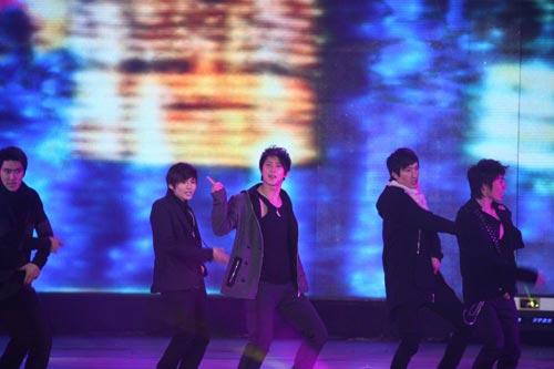 组图:湖南卫视跨年演唱会超女快男众星捧场