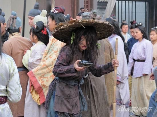 组图:《秦俑情》热拍安以轩为角色牺牲扮乞丐