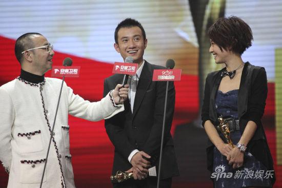 台上与主持人刘仪伟攀谈