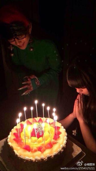 杨丽萍给侄女小彩旗庆祝生日