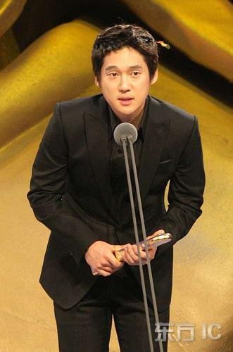图文:宋昌义凭《黄金新娘》获电视最佳男新人