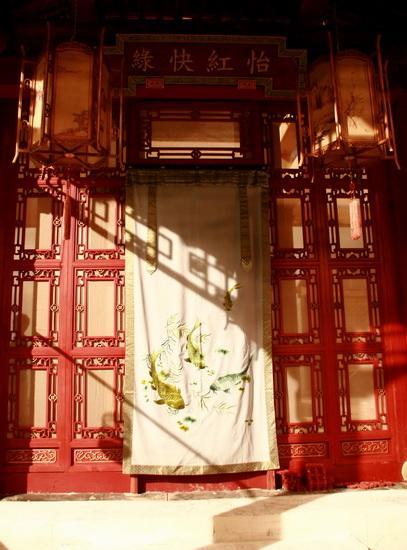 图文:红楼梦布景曝光--怡红院的一扇小门