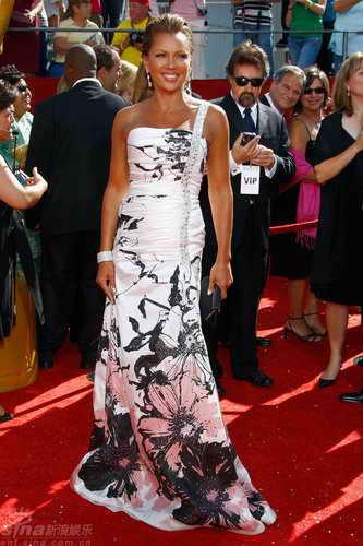 图文:60届艾美奖红毯--温妮莎白裙尽展中国风