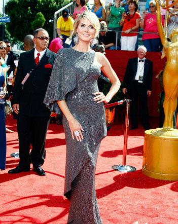 图文:60届艾美奖红毯--超模海蒂银色礼服婀娜多姿