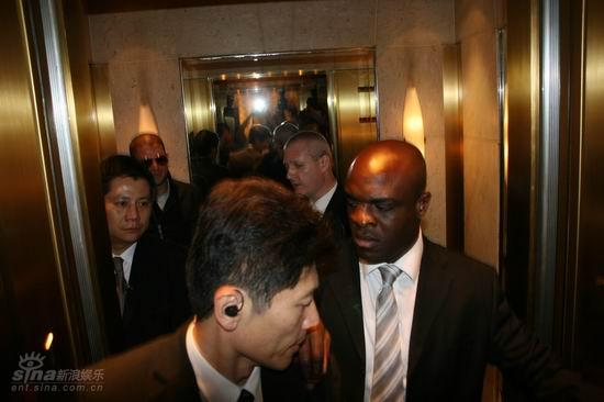 图文:米勒入住浦东酒店--安保人员众多