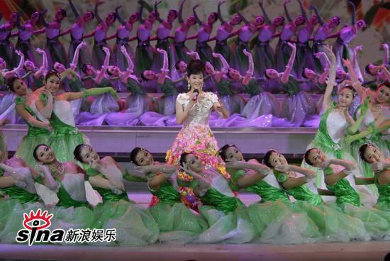 """图文:09年央视春节晚会--""""东方茉莉""""宋祖英"""