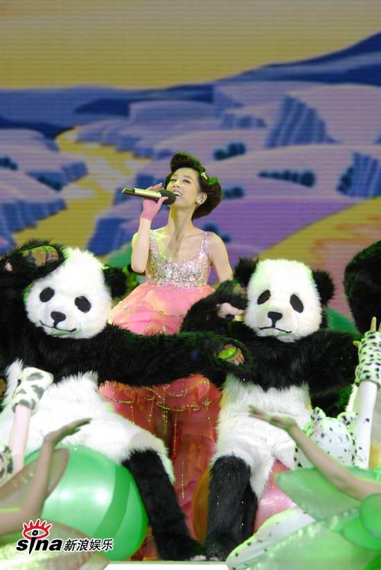 图文:09年央视春节晚会--黄圣依被人偶包围