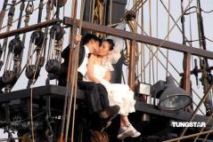 组图:郭可盈吕良伟签生死状12米高船桅上亲吻