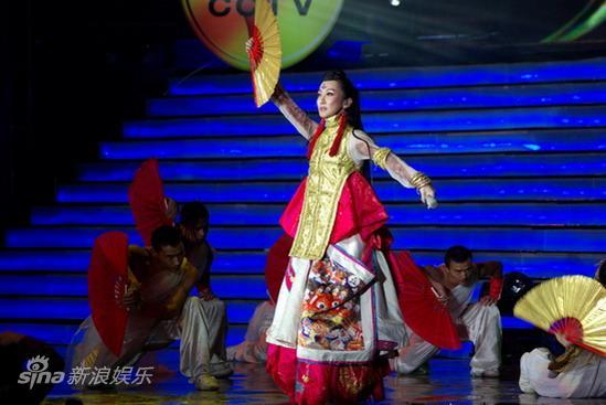 新浪娱乐讯 10月16日晚,《同一首歌》在北京五棵松篮球馆举行荣耀之光,岁月同行庆祝中国人保建司60年主题演唱会。不仅有成龙压轴演唱《国家》,李玟、汪峰、羽泉、黄圣依、林子祥、毛宁等明星和天安门广场国庆阅兵、表演代表、行业十大感动人物也都参加了节目录制。图为萨顶顶《万物生》 。