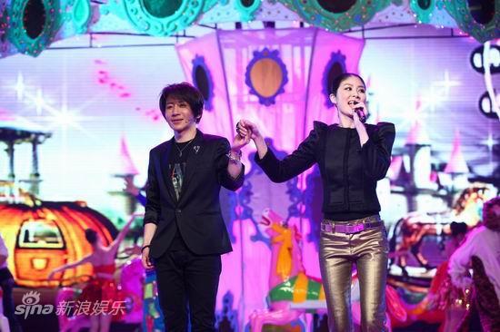 图文:2010群星大联欢--刘谦携手陈慧琳